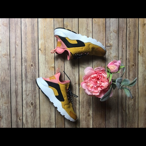 4cf118f94600 Nike Air Huaraches Run Ultra SE Gold Dart. M 5be222356a0bb78dbb61a825